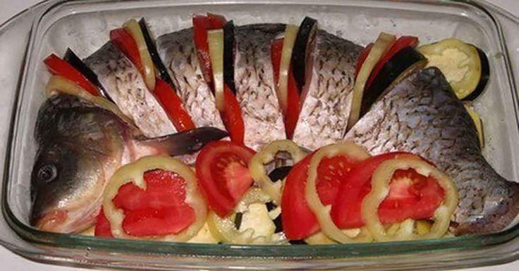 Echipa Bucătarul.tvvă oferă o rețetă gustoasă de crap cu legume la cuptor. Crapul se combină excelent atât cu legumele proaspete, cât și cele înăbușite. Datorită legumelor peștele capătă o savoare aparte și o aromă nemaipomenită. Acest fel de mâncare nu necesită garnitură separată, de aceea încercați să-l preparați la prânz sau cină, suntem siguri că …