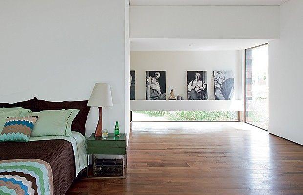 SUÍTE CASAL: É formada por dois quartos abertos para o corredor. No futuro, os cômodos podem ser separados por armários ou placas de gesso acartonado. Roupa de cama da Paola da Vinci. Mesa lateral da A Lot Of. Luminária da Zull (Foto: Edu Castello)
