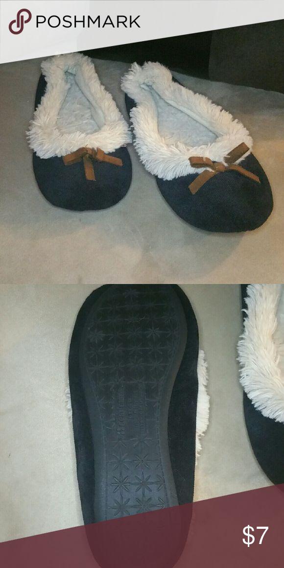 Black Dearfoam Slippers Size 6 women's dearfoam slippers. Very confortable. Condition : great, barely worn. Like new. Brand : Dearfoam. Shoes Slippers