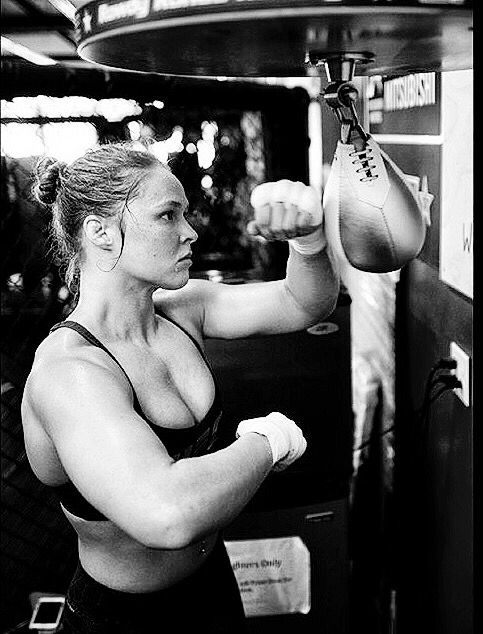 Ronda Rousey... Focused! If that was me..there's a few heads I would love to turn once or twice. But, thats why we go to the gym...right?