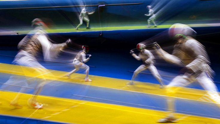 Der deutsche Fechter Peter Joppich (r.) kämpft gegen den Franzosen Enzo Lefort (Foto mit langer Belichtung aufgenommen) © dpa - Bildfunk Fotograf: Sergei Ilnitsky