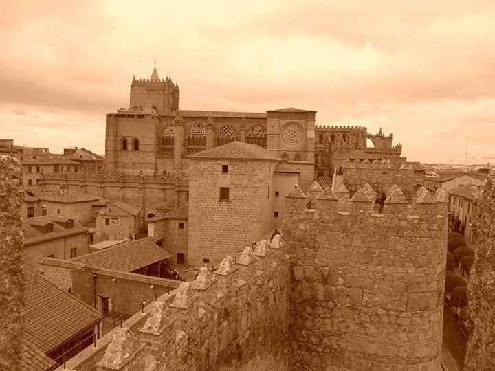 La catedral y almenas desde la Puerta del Alcazar
