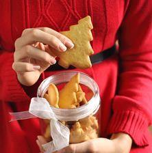 Τα μπισκότα με τζίντζερ γνωστά σε όλο τον κόσμο ως gingerbread cookies είναι μπισκότα που τα φτιάχνουν την περίοδο των χριστούγέννων και συνήθως έχουν τη μορφή ανθρώπου και η πρώτη τους εμφάνιση χρονολογείται στον 11ο αιώνα. Είναι απίστευτα τραγανά και νόστιμα που εγω τα φτιάχνω ανεξαρτήτως εορτών όλο το χρόνο