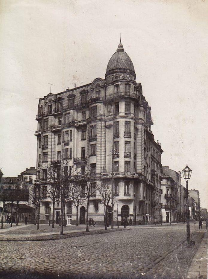 Na rogu Koszykowej i Emilii Plater wznosi się kamienica wybudowana w latach 1913-14 według projektu Mariana Kontkiewicza.  Źródło:APW