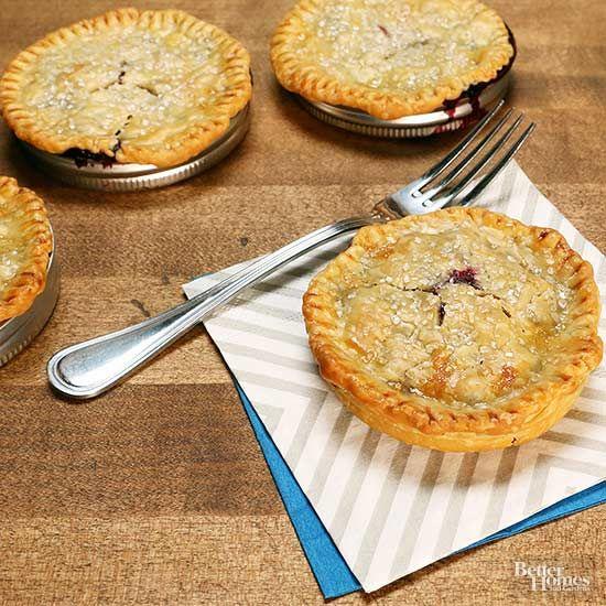 Flip your (mason jar) lid and make this beyond-cute recipe tonight! Making pie has never been easier, or cuter! #masonjarpie #pierecipe #dessert