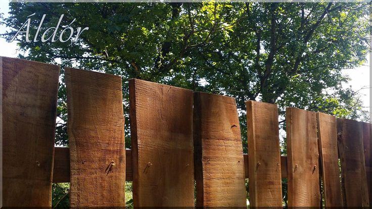 Akácfa deszkakerítés, egyedi fakerítések építése