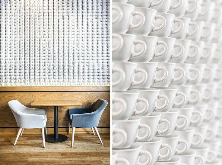 2740 Teacups têm sido usados para criar uma parede funcionalidade nesta Cafe