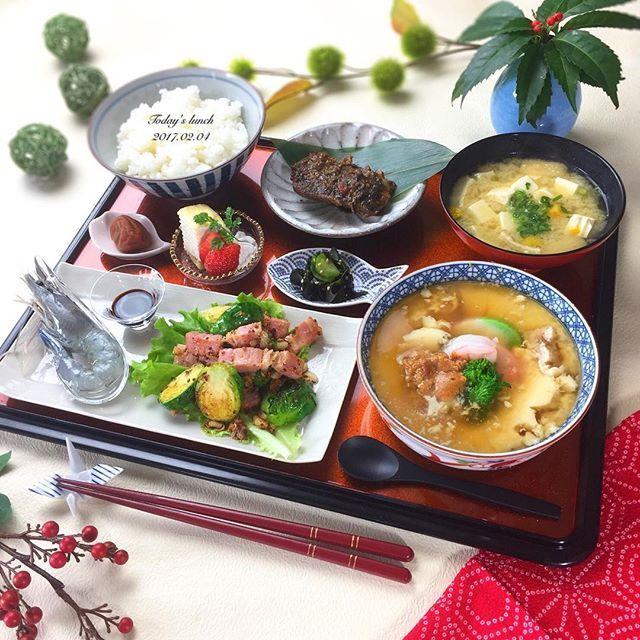 今日は和食🍁 . ✿ 鯖のぬか炊き(北九州の郷土料理) ☝︎最高に美味しいです ✿ 梅干し ✿ ミルクレープといちご ✿ きゅうりとわかめの酢の物 ✿ 海老のお刺身 ✿ 芽キャベツとベーコンの粒マスタードソテー ✿ あさりのお味噌汁 ✿ どんぶり茶碗蒸し 雲丹のせあんかけ ✿ ごはん . 先日のレッスンで、 茶碗蒸しをどんぶりで食べたいっ!って 話しをしてから食べたくなって どんぶり茶碗蒸しにしましたが、 鍋で蒸すので水を沸騰させ過ぎて水が中に入り 失敗😭あんかけ入れたら更に崩れた。チーン でも味はバッチグー🙆🏻❤️ . . お話し変わって、昨日の恵方巻き、 旦那さんと息子と3人で食べたんだけど、 食べる時って話したら福が逃げるって聞くから . 💁🏻{よし、じゃぁ今からあっちの方向向いて無言で食べないけんね〜✨ と、言いながらパクパク もぐもぐ。 . 👦🏻{◎△$♪×¥ベー●&%#まー ☝︎まぁ、こうがは仕方ない . 1分後… 🙋🏻♂️{今日の耳鼻科はこうが泣いた? . ………喋るんかい🙌🏻 . てな感じの節分となりました👹…