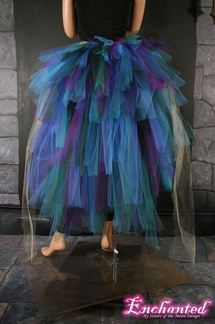 Eine schöne treiben jedes Kostüm eine zusätzliche Wow hinzu! Fügen Sie diese in jedem Tutu für zusätzliches Volumen! Perfekt für Burlesque-Tänzerinnen und Halloween!  Hergestellt aus 6 Schichten und 180yards weiche glatte Bridal Tüll in Streifen von lila, blaugrün, Türkis, dunkelgrün, schwarz, Royalblau und Luftschlangen Gold, die gesammelt, zugeschnitten und genäht, das grüne Band zu binden. Diese treiben kann fast jeder Größe passen! leicht zu binden an- und ausziehen!  Diese Hektik ist…