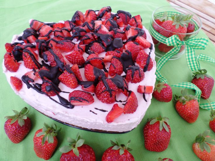 Strawberry tart | Herzförmige Erdbeersahnetorte