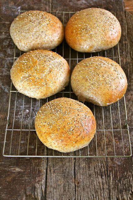 Myke grove rundstykker - godt til blingser men egner seg også ypperlig som hamburgerbrød. For denne og andre gode oppskrifter besøk bloggen Mat på Bordet.