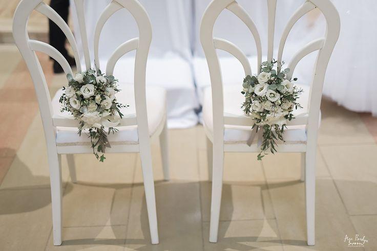 INNA Studio_ flowers on a chair /  kwiaty dekoracją krzesła / biała ozdoba na krzesło / kwiaty na białym krześle / fot. Aga Bondyra Fotografia
