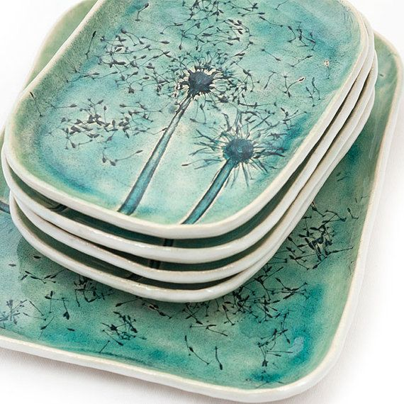 Set keramische gerechten, in zachte turkoois blauw, gecraqueleerd glazuur. Een grote schotel en vier platen. Gemaakt door slab gebouw productiemethode. Een van een soort. schotel: over 21x26cm platen: over 14x19cm Kunnen worden gewassen in een vaatwasser. Ik wil hem in een decoratieve afvalpapier gift wrap. Dank u.
