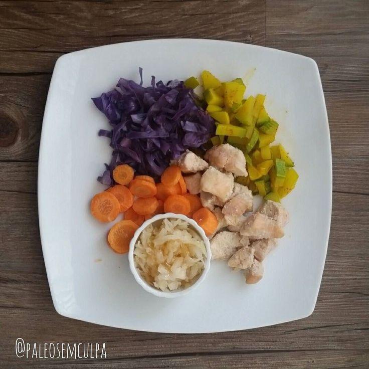 Almoço de hoje: repolho roxo refogado abobrinha no curry cenoura crua peito de frango chucrute com um pouquinho de mel.  Estava óh!   ah e teve #morosil às 7:30 academia às 8 #modulip às 10 (e vai ter de novo às 16). Tem dúvidas sobre a paleo? LINK NA BIO! #dieta #dietasempre #dietasemsofrer #dietapaleolitica #dietapaleo #paleofood #paleobrasil #paleolitica #paleolife #paleolifestyle #paleodiet #mydiet #eatclean #primal #primalfood #realfood #bixoeplanta #bichoeplanta #eatreal #primalbrasil…