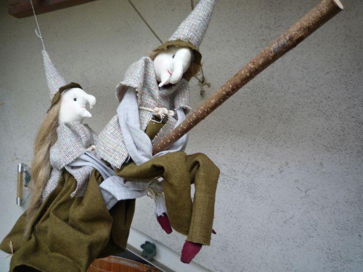 Dame sorcière et son sorcier chevauchant leur balai décoration à suspendre : Accessoires de maison par crea-vn