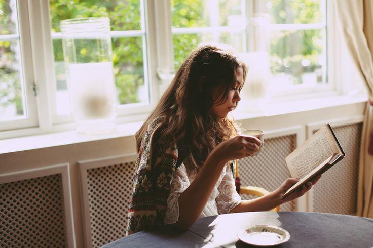 """""""Каждый раз, когда мы берём в руки книгу, мы готовим себя к новым сладостным, а порой и тяжелым переживаниям, а когда их не находим, то с разочарованием откладываем в сторону том. Читая, мы растём, дорастая постепенно до всего лучшего, что можно выразить с помощью алфавита"""" (Людмила Улицкая. Священный мусор).  #книги #чтение #фото #фотография #цитаты #books #reading #book #photography #photo #книга #цитата"""