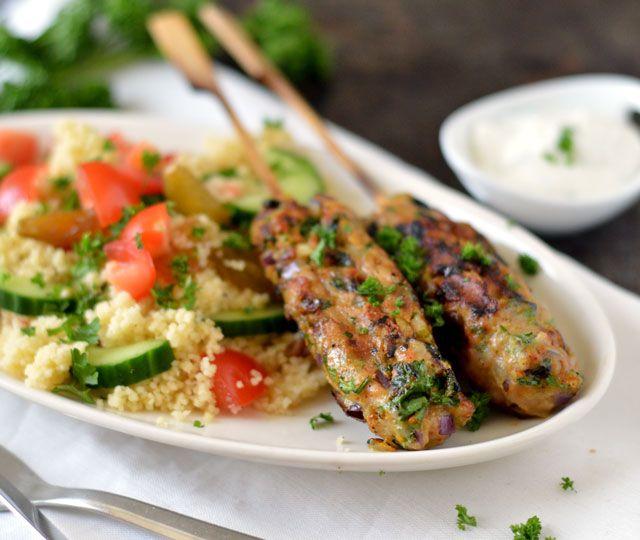 Kipgehakt spiesjes met couscous & yoghurt dip. ✓ Snel klaar ✓ Lekker ✓ Licht en gezond gerecht ✓ Makkelijk om te maken ✓ Binnen 30 minuten op tafel