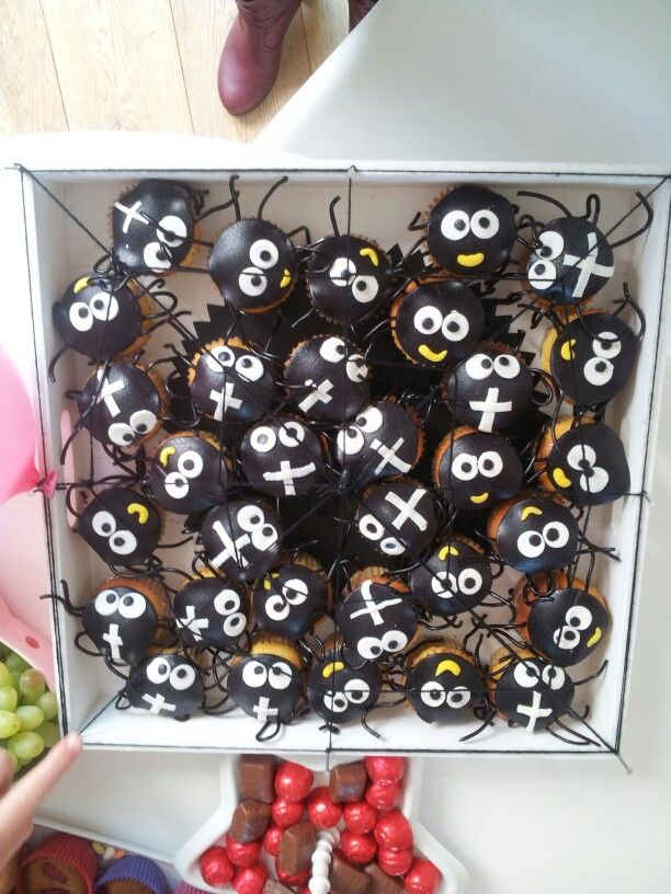 Easy halloween party decor - Spinnen Cupcakes Traktatie Traktaties Pinterest