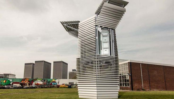 """Investigadores holandeses criaram uma torre que suga o ar sujo, como se fosse um verdadeiro aspirador gigante, e expele bolhas de ar limpas. Pelo meio, ainda produz """"pedras preciosas"""" para criar jóias.  A Smog Free Tower, uma torre de sete metros de altura que começou a funcionar em Roterdão, na Holanda, no início de Setembro, é um mega-purificador de ar que funciona graças à tecnologia de iões.  O mecanismo suga o ar poluído e filtra-o, devolvendo ao ambiente bolhas de ar puras."""