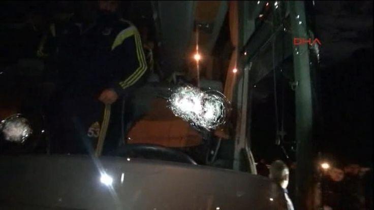 De Turkse voetbalcompetitie wordt uitgesteld omdat er kogels door de spelersbus van Fenerbahçe gevuurd werden. Bij de aanslag raakte de buschauffeur zwaar gewond aan het gezicht. Er werd eerder al bekend gemaakt dat de Turkse kampioen niet hoefde te spelen, maar door het voorval met de spelersbus hebben ze maandag besloten om de wedstrijd voor een week uit te stellen. SPORT (Turkije)