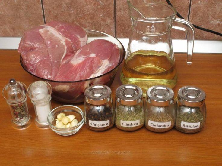 Usturoiul se pisează cu sare, se adaugă ulei de măsline şi se amestecă bine. Boabele de coriandru se pisează şi se adaugă peste usturoi, alături de cimbru, vin, obţinându-se o soluţie de condimente. Nu uitam de cuişoare şi se busuiocul uscat. Pulpa de porc întreagă se pune într-un vas…