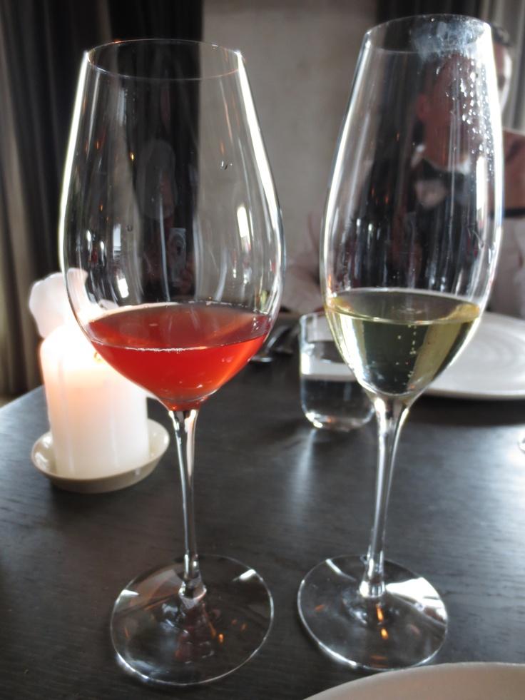 I glaset till vänster, fermenterat rosévin. Gott och grumligt.