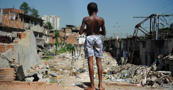 9jan2014-menino-observa-imoveis-demolidos-na-favela-metro-mangueira-proxima-ao-estadio-do-maracana-na-zona-norte-do-rio-de-janeiro-nesta-quinta-feira-9-a