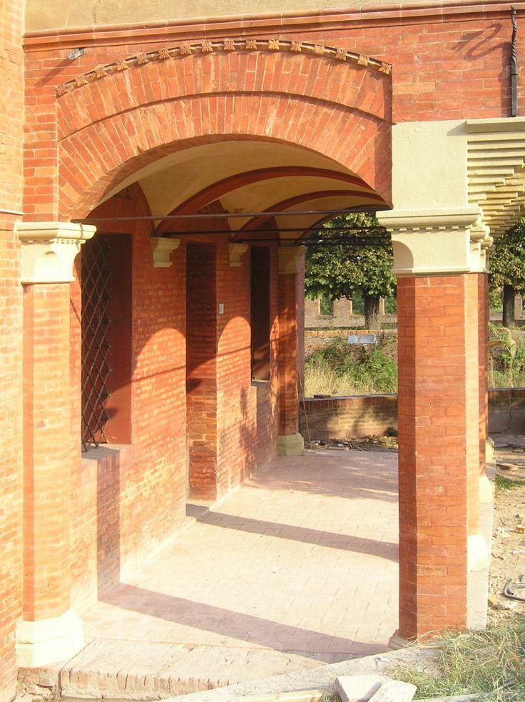 Loggetta, restauro terminato, basi e capitelli dei pilastri sono stati scialbati con polvere di arenaria e calceidraulica.