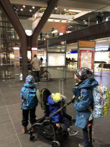 Berlin Hauptbahnhof - Zugfahren alleine mit drei Kindern - Tipps für die Zugfahrt