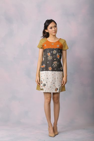 Aubrey 004 IDR 425.000 Comfy Cut Full Front View Batik Sack Dress.  Length of Dress : 90 cm  Material used : (Front) Batik Tulis, Cotton. (Back) Polkadot, Cotton.  Standard zipper length (50-55cm) at the back.  Height of Model : 171 cm