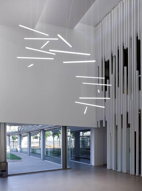 Pendelleuchte Halo Lineal: eine Komposition aus geraden Stäben mit dimmbarem Licht. Mit LED-Technologie. Eine Kollektion aus 4 verschiedenen Modellen.