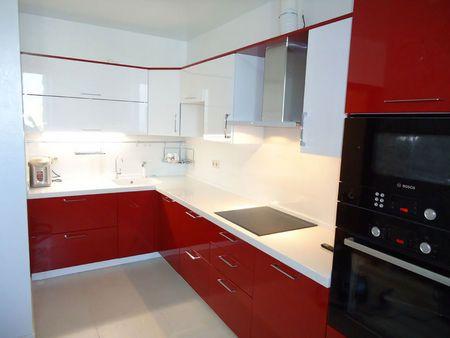 Красно белая кухня - очень контрастный и яркий интерьер, атмосфера которого не напрягает