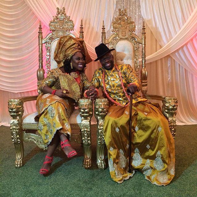 Las novias nigerianas eligen a menudo la ropa brillante de la boda y usan Gele, un lazo nigeriano de la cabeza. Sin embargo, los novios aquí no parecen menos elegantes que las mujeres.