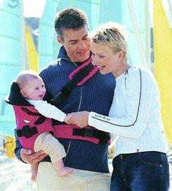 bien porter son bébé  - Porte- bébé évolutif de Red Castle sport , Points de vente au 04 42 60 76 90 Tenir son bébé contre soi, le bercer, le rassurer par le son de sa voix et par son odeur...
