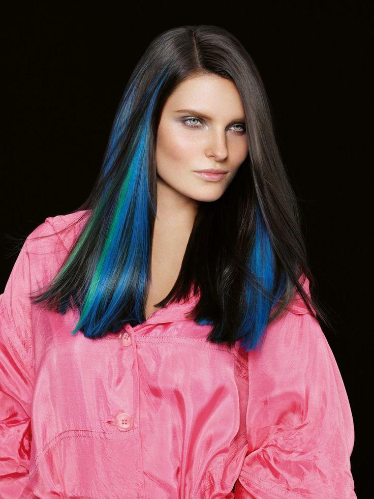 Wer traut sich, seinen Mähne mit blauen Strähnen zu akzentuieren? Sieht bei schwarzen Haaren großartig aus.