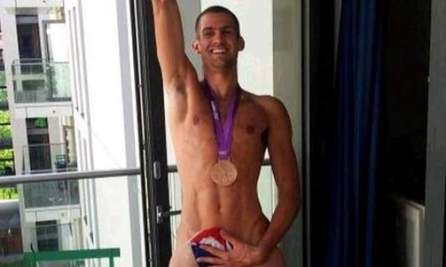 Británico Robbie Grabarz celebra con desnudo su medalla olímpica