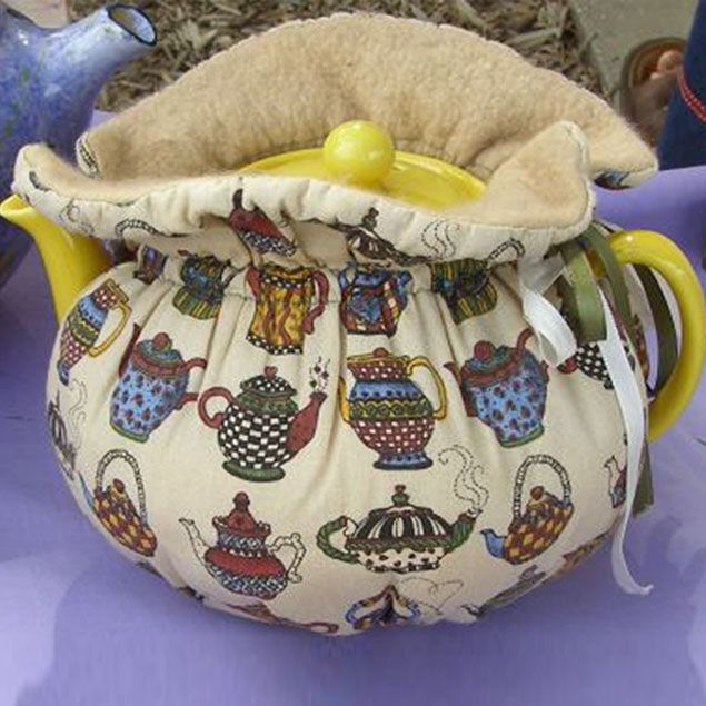 В Англии её называют Tea Cosy. В Германии — Teekannenwaermer. Я назвала эту вещь Хранительницей Чайного Тепла. Для начала расскажу ,что это такое. Это, скажем так, аналог нашей 'бабы на чайник', только конструкция немного другая. Цель и там и там сохранить тепло. Но если нашу 'бабу' надевают на чайник сверху и, когда надо налить чай, её снимают, при этом 'выпуская' тепло, то Хранительница, укутав…