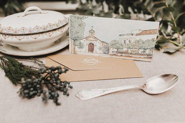 Invitación de boda de Toñi y Jarillo. Personalizada con una acuarela que refleja la plaza del pueblo y sobre en papel craft con estampación. #invitacionesdebodaoriginales #invitacionesdeboda #invitacionesoriginales #invitaciones2018 #invitaciones #stationery #weddingstationery