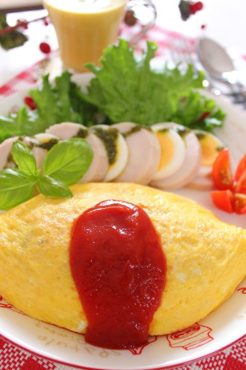 Japanese Omurice (omelet with ketchup‐seasoned fried rice inside) オムライス
