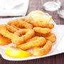 Deliciosa receta de calamares fritos, empanizados en pan molido y almendras, y servidos con una salsa de mayonesa Gribiche.