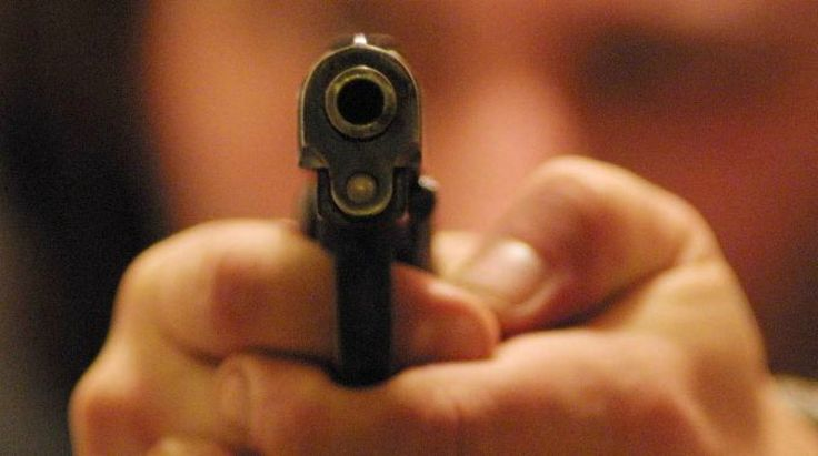 Lite tra soci d'affari finisce a colpi di pistola: 22enne arrestato dalla polizia a Giugliano in Campania   Report Campania