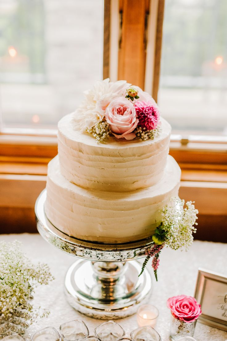 Lovely two tier wedding cake. Photography: Kai Heeringa Photography - kaiheeringaphotography.com/