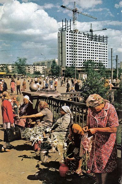 Railway station in Novosibirsk, 1976-78 or so. A new twenty four storey hotel is being built nearby. It used to be the most famous building of the city in the 70s.