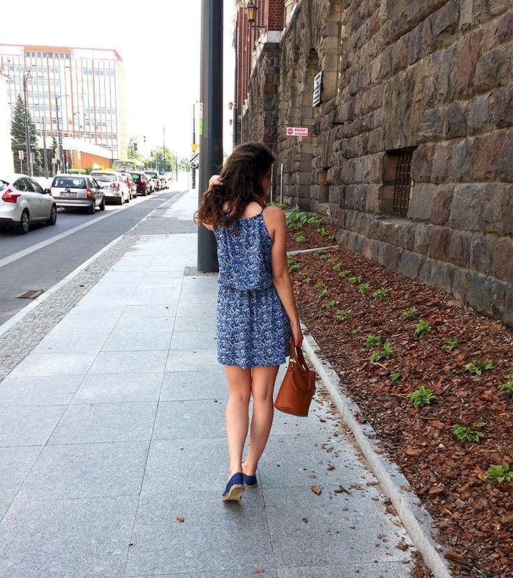 Hej kochani! Dzisiaj spora dawka zdjęć będących kontynuacją wpisu o moich ostatnich przeróbkach ubraniowych. Swoją dwuczęściową sukienkę zrobiłam ze starej ciążowej sukienki mojej mamy. Bardzo podoba mi się jejetnicznywzór i przede wszystkim kolor. Kocham wszystkie odcienie błękitu i granatu, dlatego nie mogłam przejść obok niej obojętnie. Jeśli chcecie zobaczyć jak krok po kroku powstawała ta … Czytaj więcej