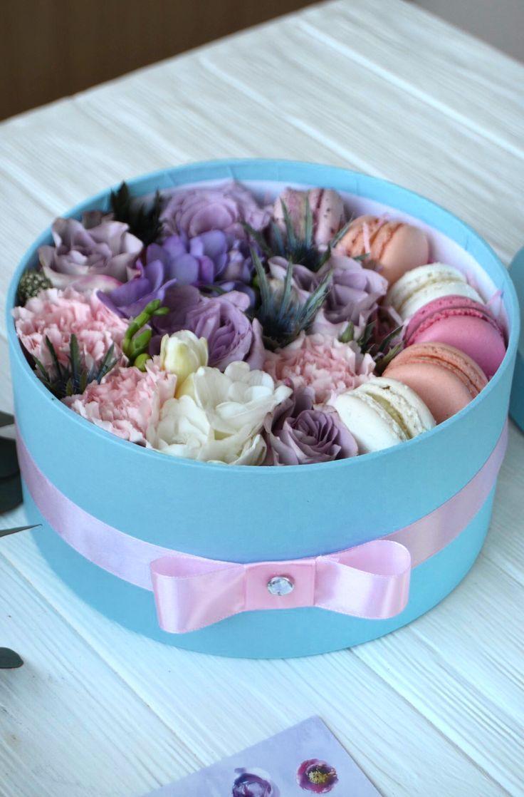 Цветы в Шляпной Коробке с макарунами