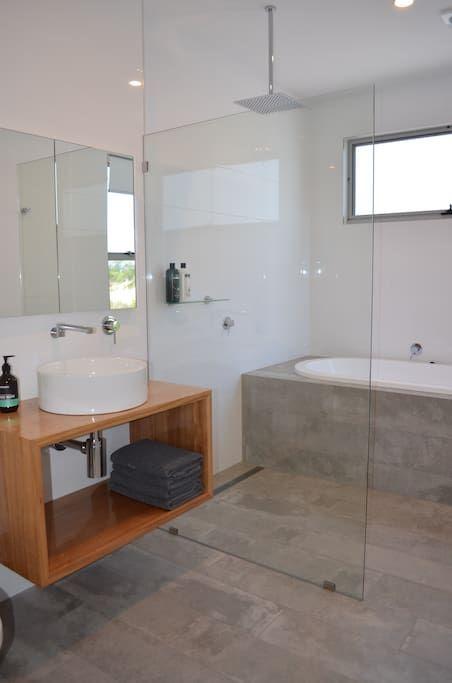 Bluff Cove - Beachfront Holiday House - Houses for Rent in Swansea, Tasmania, Australia