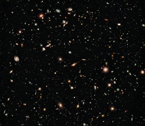 Astrônomos avistam a maior estrutura do universo  Vasta estrutura é conhecida como um grande grupo de quasares, em que os quasares - núcleos de galáxias antigas, alimentados por buracos negros supermaciços - se agrupa      Universo: percorrer o aglomerado de um lado a outro demandaria uma viagem espacial na velocidade da luz por quatro bilhões de anos