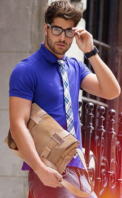 青ポロシャツにネクタイを合わせてコーディネート。おしゃれ上級者におすすめ。おすすめのポロシャツメンズ一覧。人気・トレンドのコーデ。