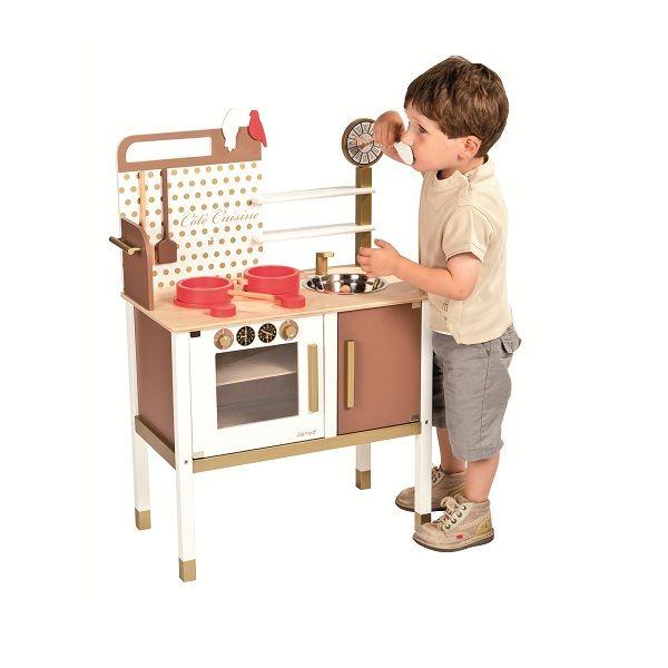 Une préparation précoce au métier de Grand Chef avec cette cuisine en bois!