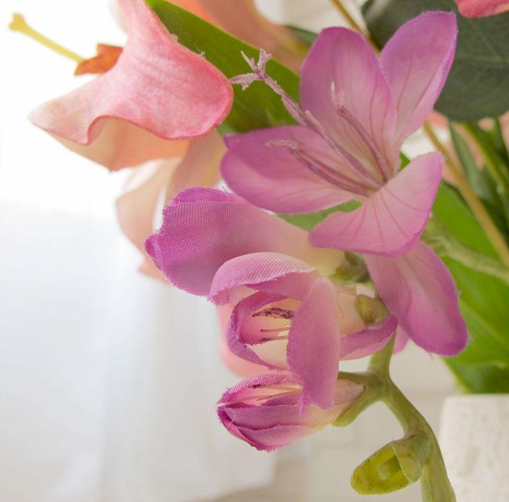 Nidito: primer plano de flores de Sia Collections.